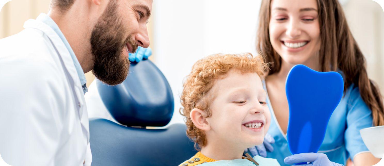 enfant souriant chez l'orthodontiste